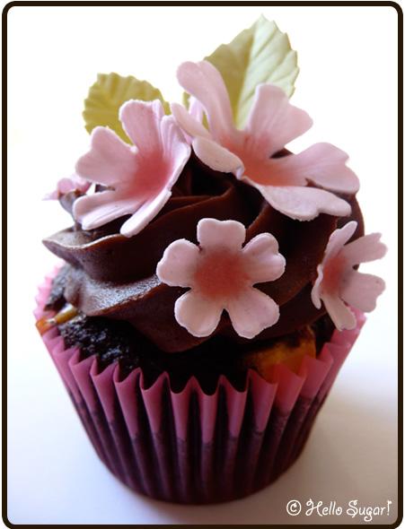 chokladcupcakes med bitar av vit choklad och chokladfrosting