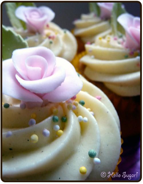 vanilj och halloncupcakes med vaniljfrosting