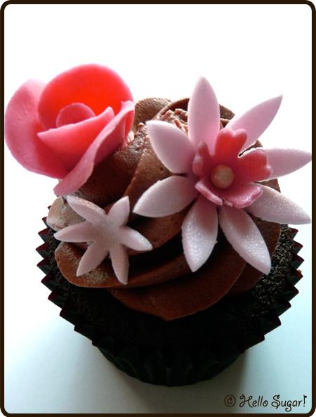 hallonfyllda chokladcupcakes med mockafrosting
