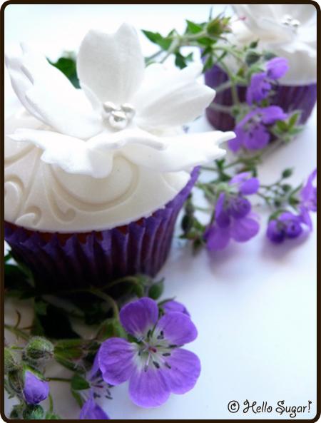 blåbärsfyllda vaniljcupcakes med cream cheese frosting