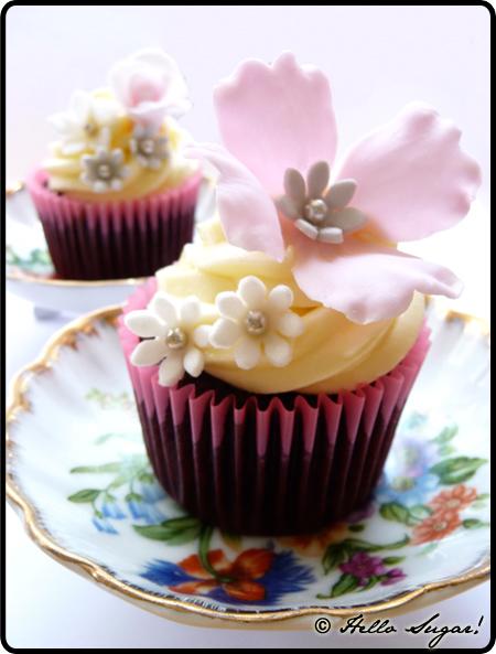 mörk choklad tryffel cupcakes med vit chokladfrosting