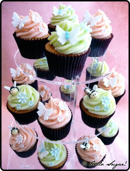Vaniljcupcakes med hallon och blåbärsfyllning och vit chokladfrosting till barnkalas