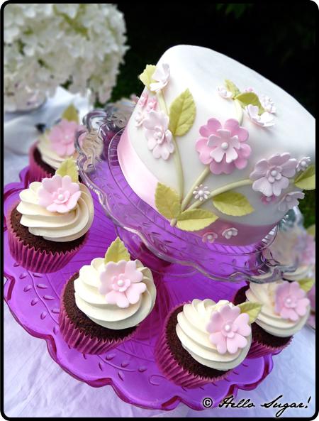 tårta och cupcakes i trädgården