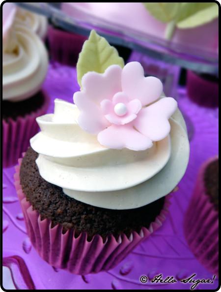 chokladcupcakes fyllda med vit chokladmousse, toppade med swiss meringue buttercream frosting