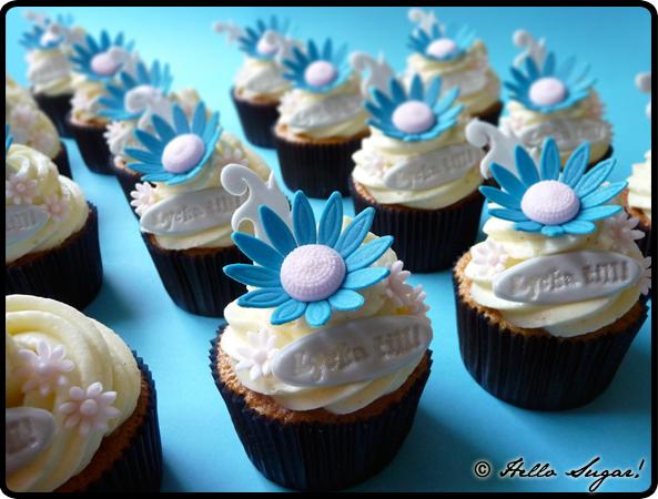 hallonfyllda vanilj och mandelmassacupcakes med vaniljmandelfrosting
