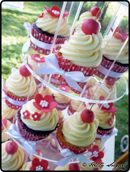 röda och vita bröllopscupcakes till pia