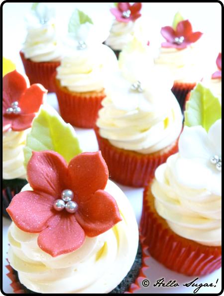 bröllopscupcakes i rött, vitt och silver
