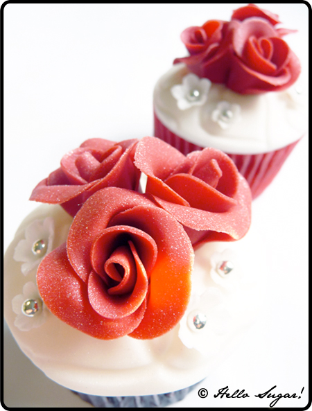 cupcakes med röda rosor till brudparet
