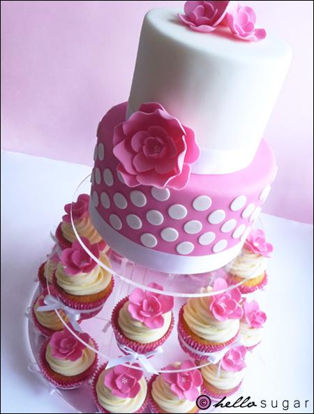 prickig rosa tårta och cupcakes