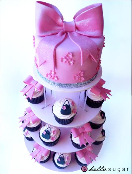 cupcakes och tårta med rosett och handväskor