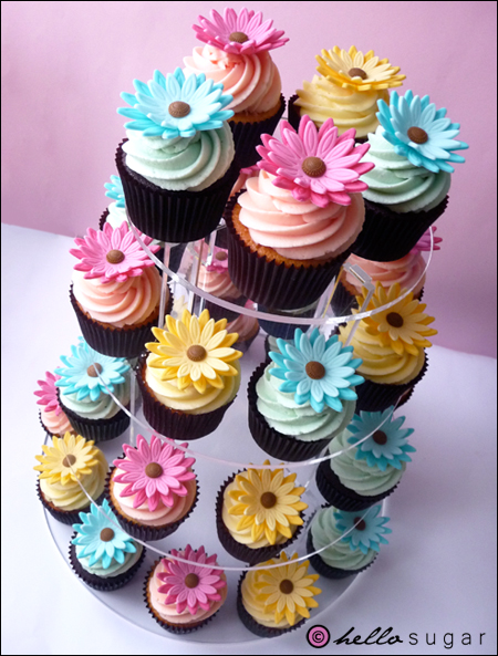 cupcakes med gerberas i rosa blått och gult